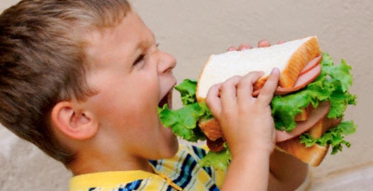 Qué hacer si tu niño come demasiado y con ansiedad